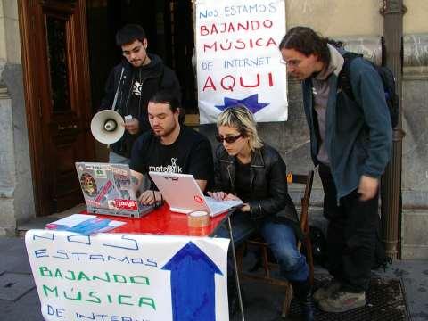 Usuarios de redes P2P descargando música frente a la puerta de la SGAE